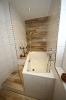 Badezimmer mit Bodenfliesen im